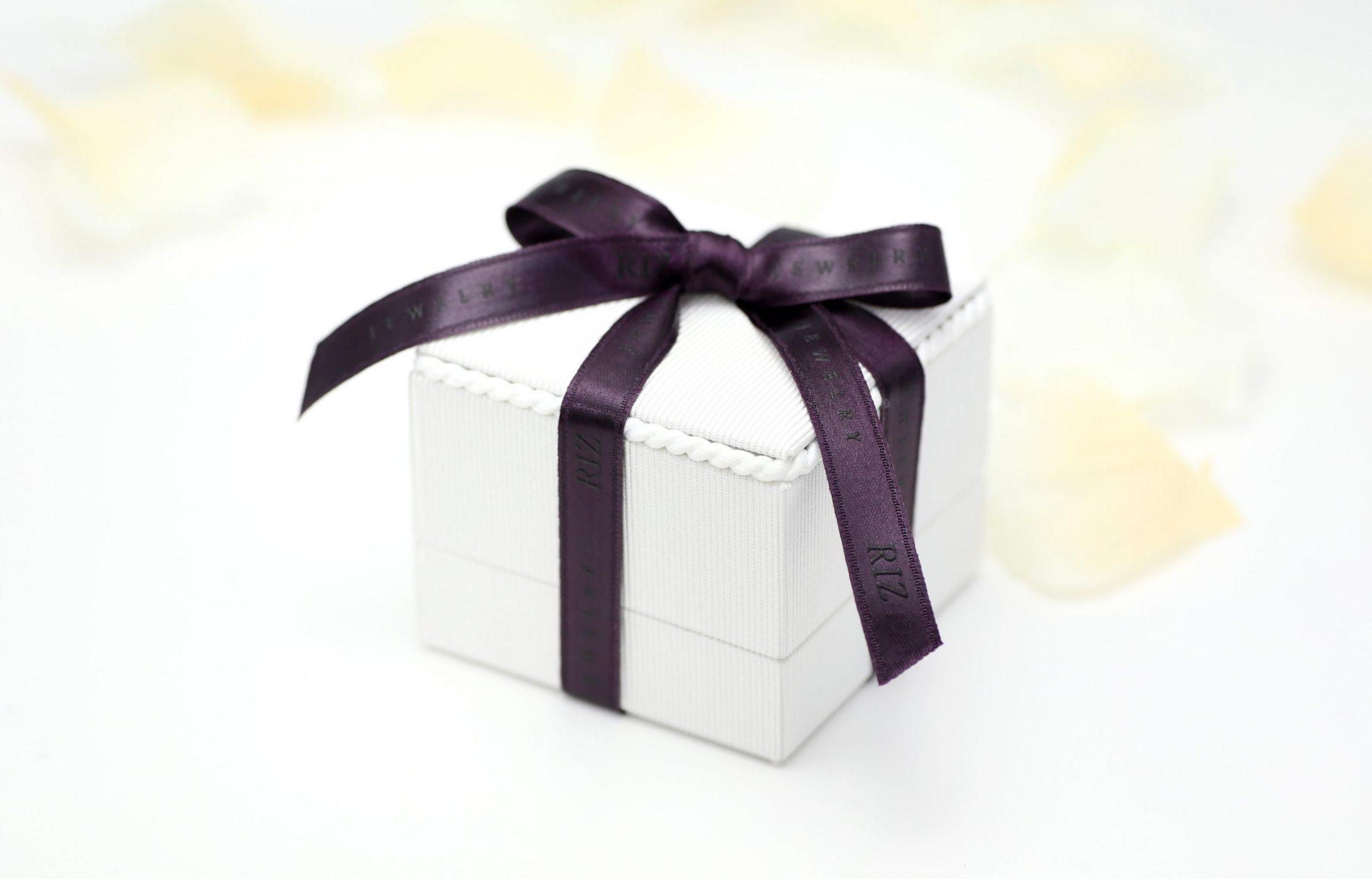 婚約指輪ご購入のお客様には専用ケースをお付けいたします。